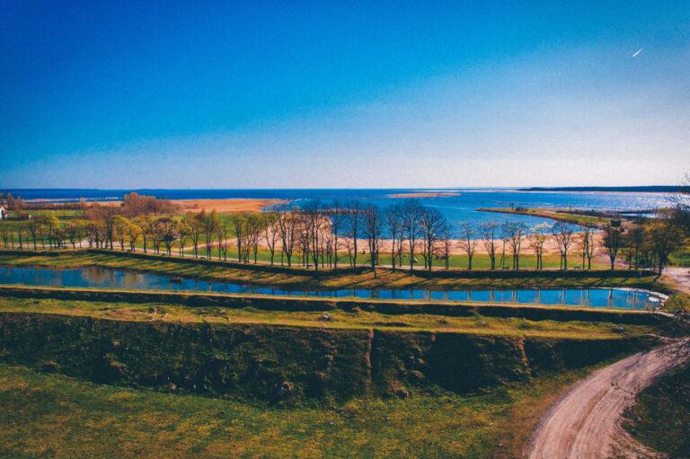 Весенний вид на канал и воду в Прибалтике