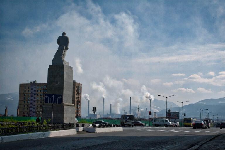 Памятник Ленину на индустриальном фоне Норильска