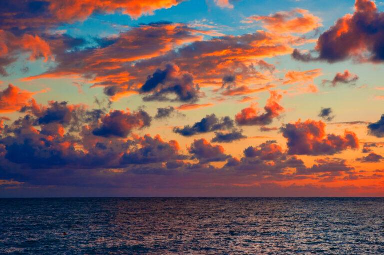 Кровавый закат над морем